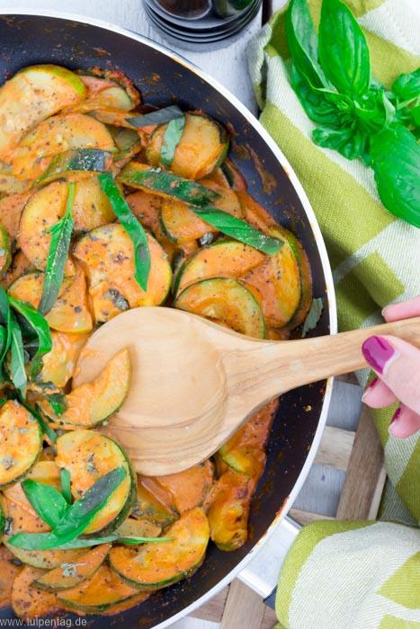 Schnelle und tomatige Zucchini-Pfanne mit Sahne und Parmesan #schnell #einfach #feierabendküche #rezeptideen #vegetarisch #fleischlos