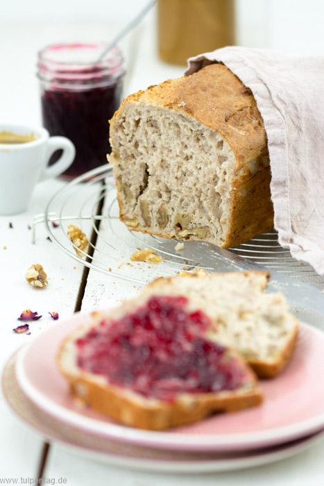 Brot selber backen. Ein schnelles Rezept für ein Kastenbrot mit Walnüssen und Dinkelmehl in nur einer Stunde.