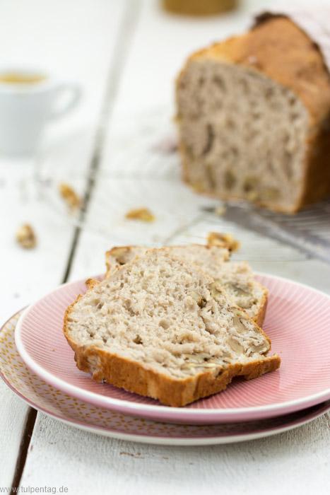 Brot selber backen. Ein schnelles Rezept für ein Kastenbrot mit Walnüssen und Dinkelmehl in nur einer Stunde. Ohne Gehzeit.