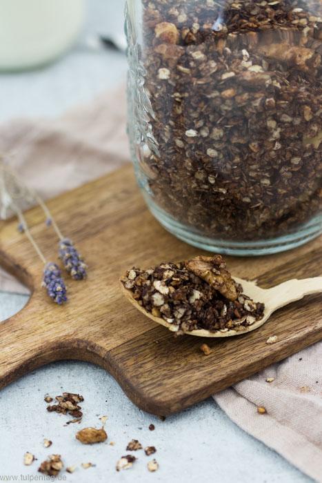 Selbstgemachtes Granola Müsli mit Nüssen und Kakao #schokolade #frühstück #vorrat #müsli #granola #schoko #nüsse