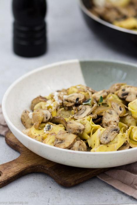 Tortellini mit Pilzen und Ziegenfrischkäse in 15 Minuten