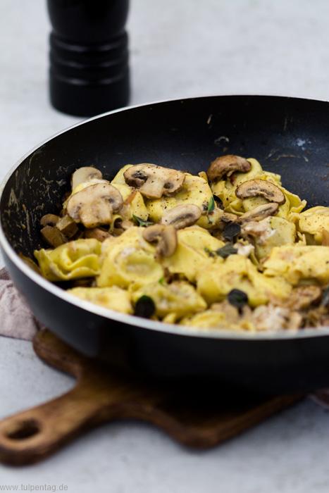 Vegetarische Tortellini mit Pilzen und Ziegenfrischkäse #schnell #einfach #vegetarisch #champignons #herbst #rezept #pilze