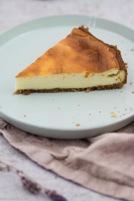 Käsekuchen. Rezept für einen cremigen Käsekuchen mit Mascarpone und Frischkäse. #cheesevake #käsekuchen #rezept #einfach