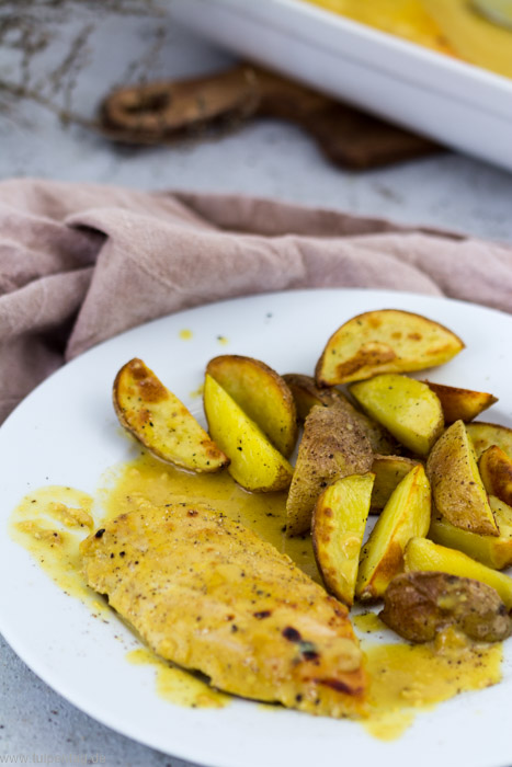 Hähnchen aus dem Ofen mit Orangen-Senf-Sauce und Kartoffelwedges #rezept #einfach #schnell #ofengericht #hähnchen