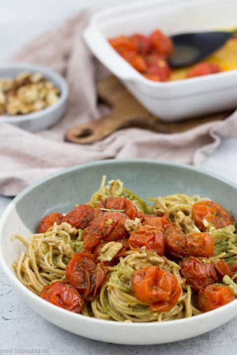 Vollkorn-Spaghetti mit geschmorten Tomaten und Walnüssen #vegetarisch #schnell #einfach #pasta #rezept