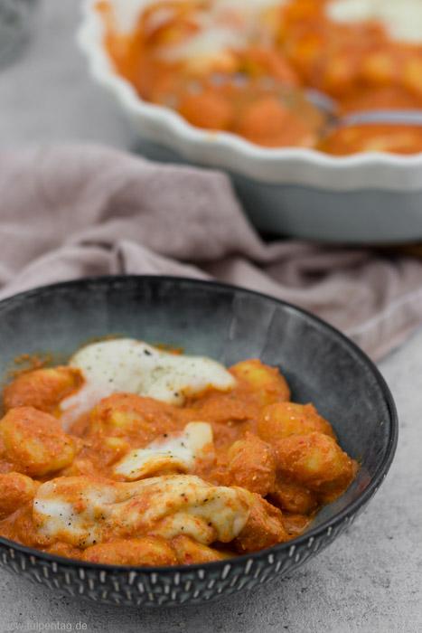 Vegetarische Gnocchi in Paprika-Tomaten-Sauce mit Mozzarella überbacken #rezept #schnell #einfach #vegetarisch #auflauf #ofengericht