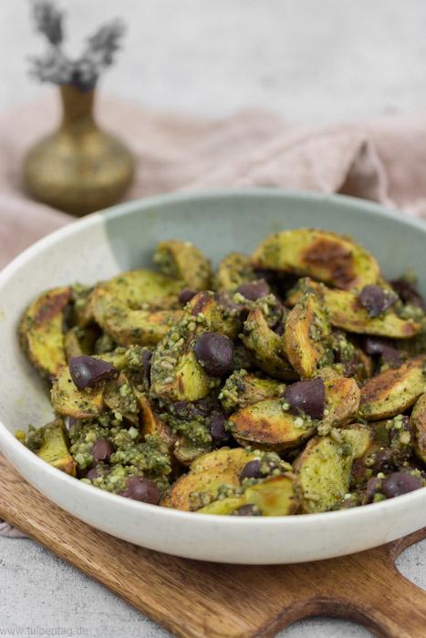 Kartoffeln aus dem Ofen mit Pesto und Oliven #kartoffelspalten #pesto #rezept #schnell #einfach #vegetarisch #kartoffeln