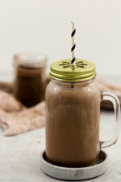Smoothie zum Frühstück mit Kakao, Banane und Joghurt #frühstück #drink #getränk #smoothie #schokolade #kakao #banane #schnell #einfach