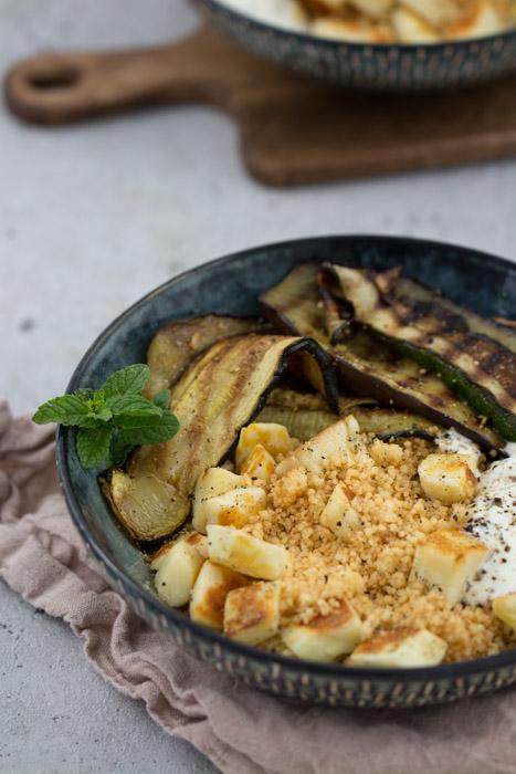 Couscous mit Halloumi, Grillgemüse und Joghurt-Minz-Dip #rezept #vegetarisch #sommer #bowl