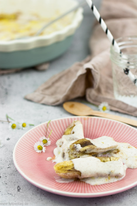 Gegrillt Banane mit Zimtbutter und Creme-fraiche-Guss. Rezept für Grillbananen als Dessert fürs Grillen. #grillen #rezept #dessert #süß #einfach #schnell #bananen #grillbananen #vegetarisch