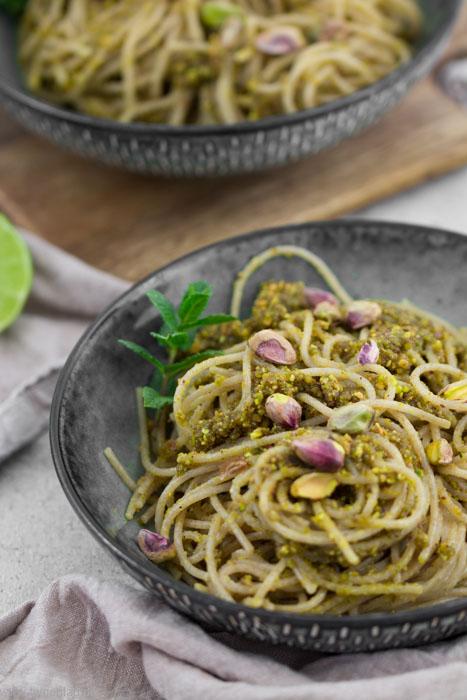 Spaghetti mit Pesto aus Pistazien, Limette und Minze #pistazienpesto #pesto #rezept #vegetarisch #vegan #pistazien #einfach #schnell #pasta