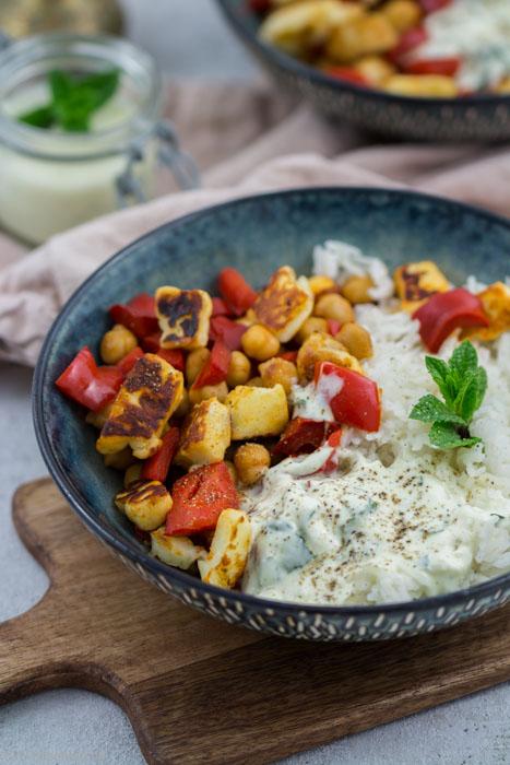 Reis mit Paprika, Halloumi, Kichererbsen und Joghurt-Minz-Dip #rezept #vegetarisch #reisgericht #schnell #einfach