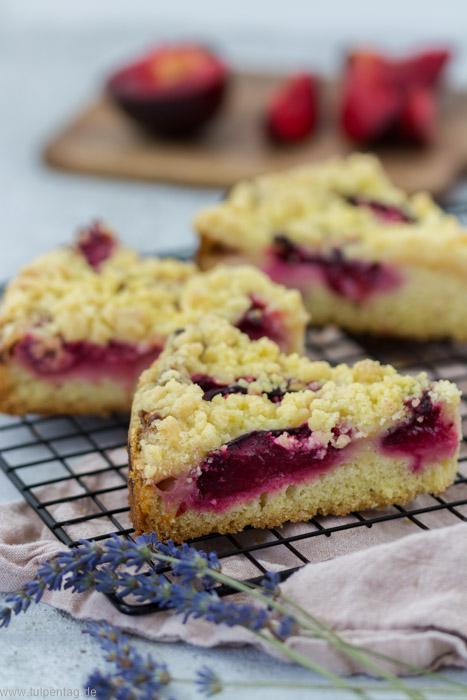 Streuselkuchen mit Pudding und Pflaumen #kuchen #rezept #backen #pflaumen #streusel #pudding