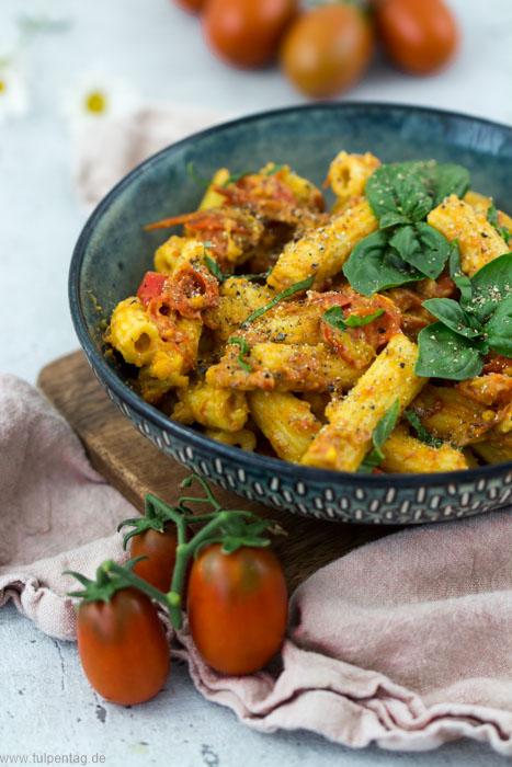 Nudeln mit Tomaten und Parmesan (nach Carbonara-Art)