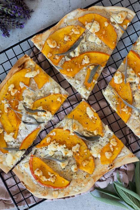 Flammkuchen-mit-K-rbis-Feta-und-Salbei