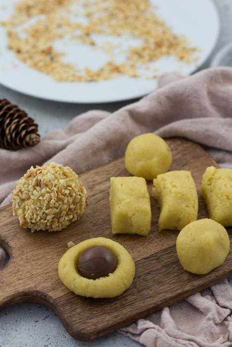 Plätzchen zu Weihnachten und der Adventszeit. Mandelplätzchen mit Schokokern und Haselnüssen. Einfach, schnell und lecker. #backen #advent #plätzchen #kekse