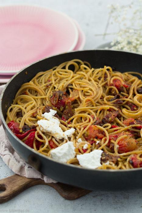 Vollkorn-Spaghetti mit frischen und getrockneten Tomaten sowie Ziegenfrischkäse. #pasta #nudeln #tomaten #vegetarisch #schnell #einfach