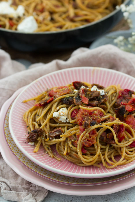 Vollkorn-Pasta-mit-getrockneten-Tomaten-und-Ziegenfrischk-se