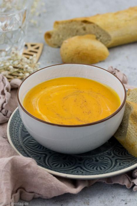 Rezept für Süßkartoffelsuppe mit Frischkäse. Cremig, vegetarisch, einfach und abwandelbar. Schnell zu machen.