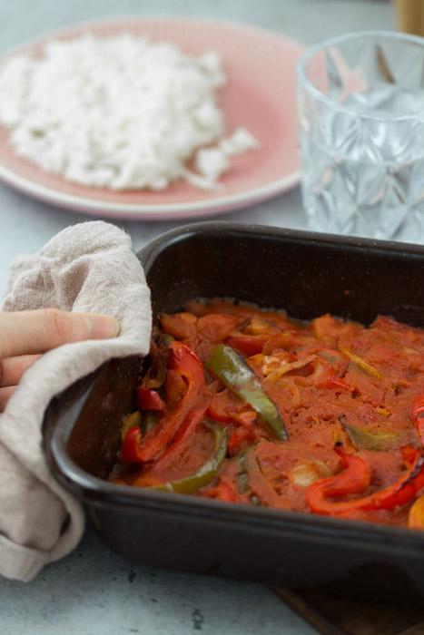 Green Legend. Veganes oder vegetarisches Paprikaschnitzel mit Reis. Schnitzel vegan mit Paprikasauce. Schnelles und einfaches Ofengericht. #rezept #vegan #ofen #reis #paprika