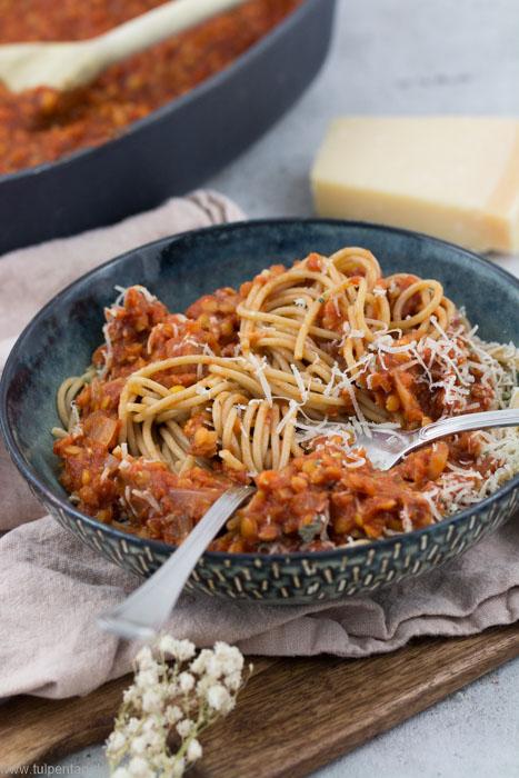 Vegetarische Linsen-Bolognese mit roten Linsen. Dazu Vollkorn-Spaghetti. In 30 Minuten fertig. Schnell und einfach. #pasta #bolognese #vegetarisch #nudeln #sauce #linsen