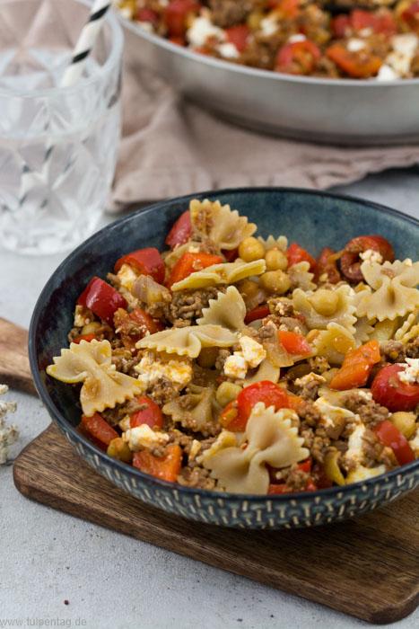 Hackpfanne mit Kichererbsen, Feta, Paprika und Chilis. Dazu Nudeln. #hackfleischpfanne #hackfleisch #schnell #einfach #pasta