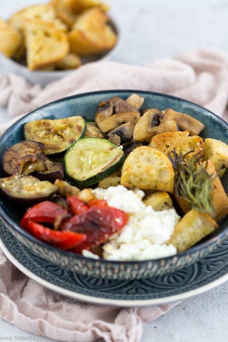 Antipasti-Bowl. Vegetarisch, schnell und einfach. Rezept mit Feta und Baguette. #bowl #rezept #antipasti #sommer