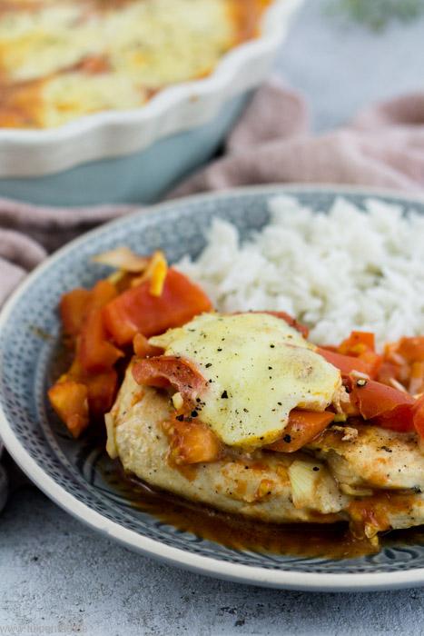 Hähnchen-Auflauf mit Tomate und Mozzarella. Hähnchenbrustfilet überbacken mit Tomaten. Schnelles und einfaches Rezept mit Hähnchen aus dem Ofen.