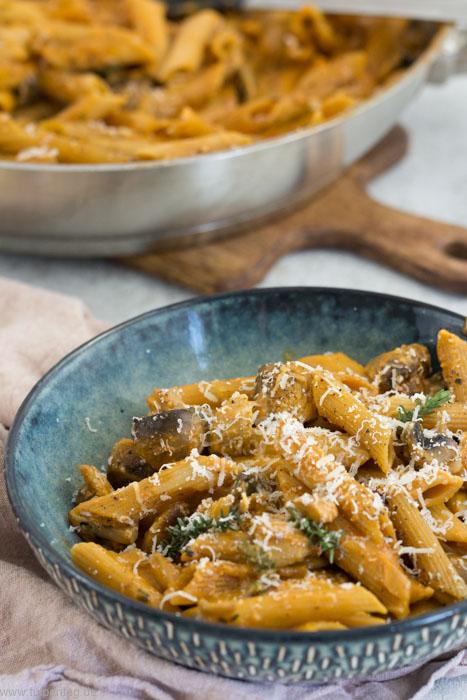 One-Pot-Pasta mit Pilzen, Sahne und Tomatenmark. Einfach, schnell, vegetarisch und lecker. #rezept #onepot #feierabendküche