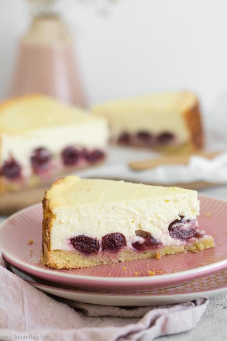Käsekuchen oder Quarkkuchen mit Schattenmorellen oder Sauerkirschen. Rezept mit Magerquark und Kirschen.