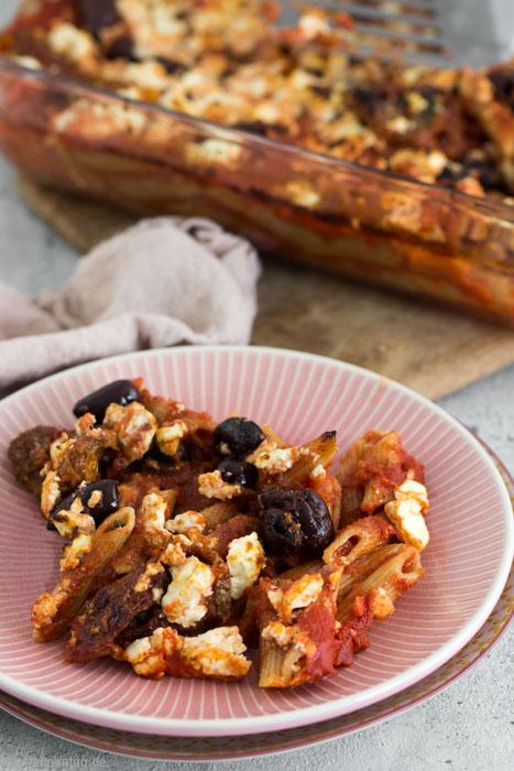 Ein One-Pot-Pasta-Rezept mit Nudeln, getrockneten Tomaten, Oliven und Feta. Kein Topf oder Herd nötig. Einfach, schnell und vegetarisch.