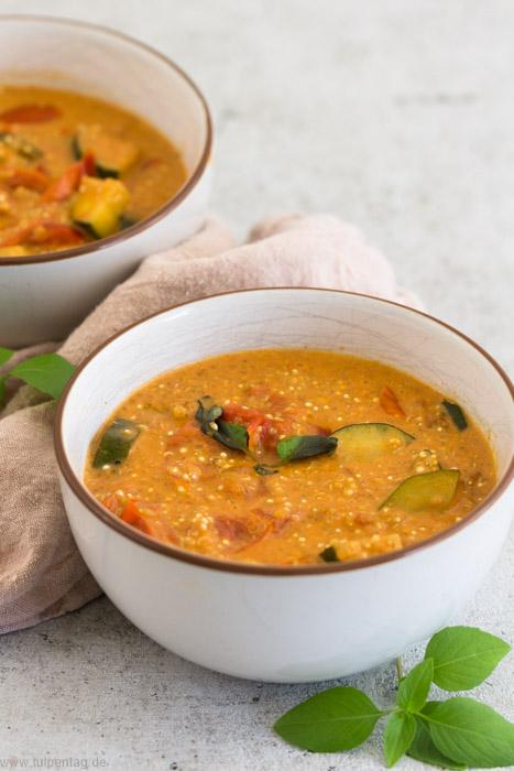 Quinoa mit Zucchini, Paprika und Tomaten in Kokosmilch #vegan #vegetarisch #rezept #schnell #einfach #quinoa #kokosmilch