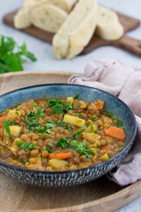 Rezept für vegane Linsensuppe mit Tellerlinsen, Kartoffeln und Karotten. Schnell und einfach zu machen. #rezept #suppe #vegan #vegetarisch