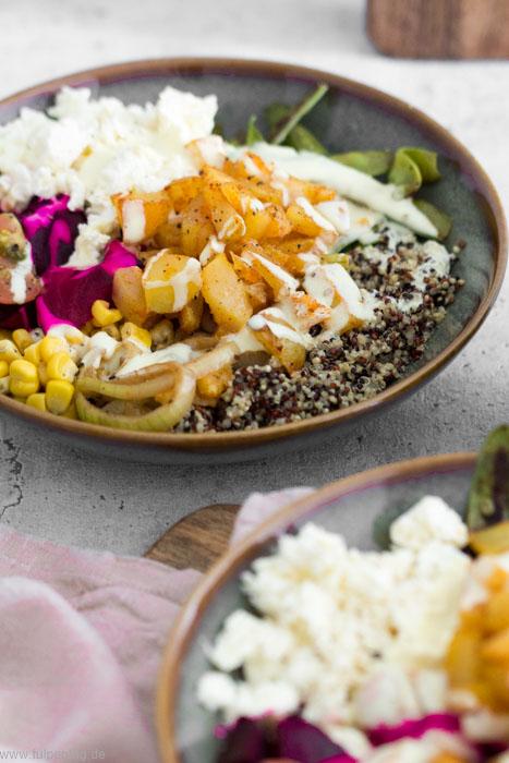 Rezept für eine vegetarische Bowl mit Kartoffeln und Quinoa. Mit Feta, Mais, Tomaten, Zuckerschoten und Roter Bete. Schnell, einfach und abwandelbar.