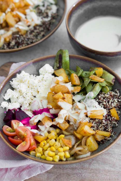 Rezept für eine vegetarische Bowl mit Kartoffeln und Quinoa. Mit Feta, Mais, Tomaten, Zuckerschoten und Roter Bete.Schnell, einfach und abwandelbar.