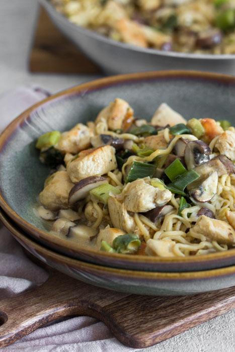 Rezept für ein Pfannengericht aus Mie-Nudeln, Gemüse, Hähnchen und Kokosmilch. Schnell und einfach zu kochen.