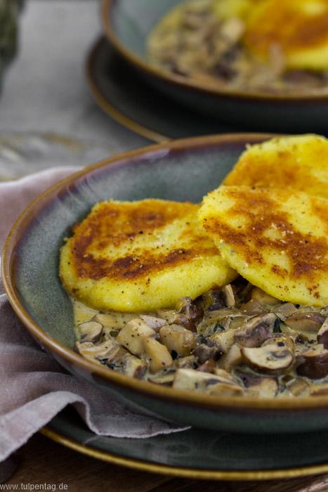 Panierte Kartoffeltaler in Pilz-Sahne-Sauce - Tulpentag. Schnelle Rezepte.